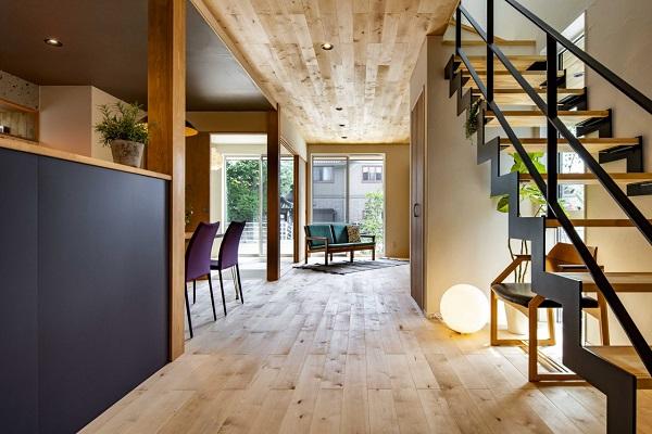 アトリエ・ネストの注文住宅「木目調の部屋に黒のアクセントが映える部屋」