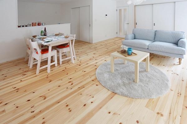 アトリエ・ネストの注文住宅「木目の床が目を惹くホワイトカラーのリビング」