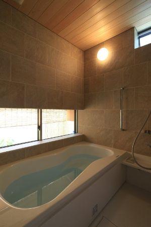暖色系で統一したモダンな浴室