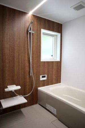 アクセントパネルを利用したモダンな浴室