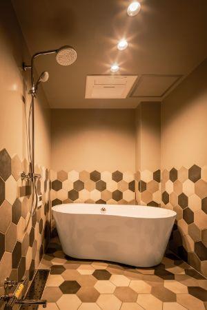 タイルの配列にこだわったモダンな浴室