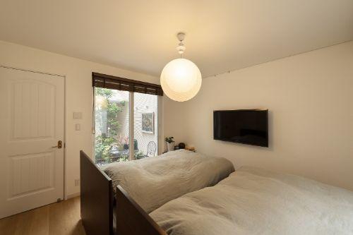 背の高い家具を置かない寝室