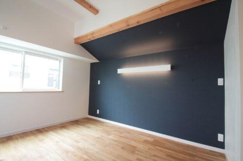 2色で色分けしたモダンな寝室