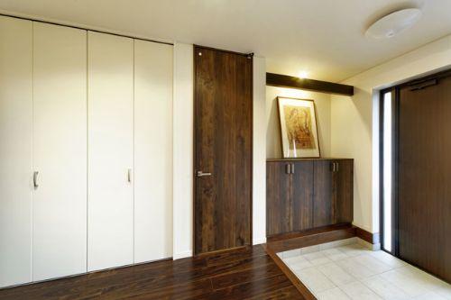 シックな家具で統一されたラグジュアリーな玄関
