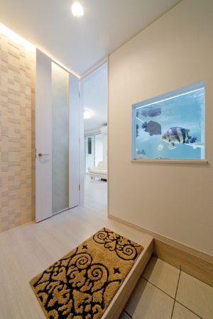 水槽の魚たちがお出迎えしてくれる玄関