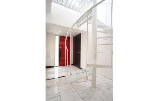 螺旋階段が目の前にあるラグジュアリーな玄関
