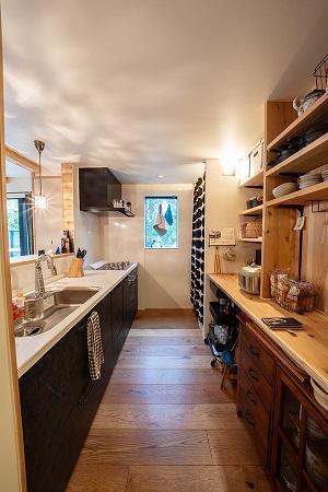 スタジオリンクスの注文住宅「可動式の棚で見せる収納に」