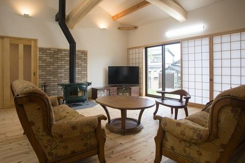 能見工務店の注文住宅「梁と暖炉で癒しの空間に」