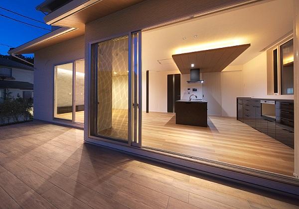 サンキ建設の注文住宅「ウッドデッキテラスとリビングに一体感を持たせた住まい」