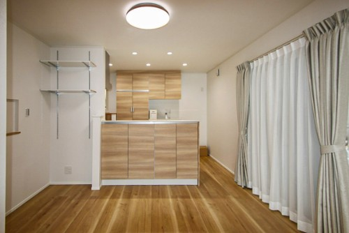 泉北ホームの注文住宅「木目をベースにしたダイニングキッチン」
