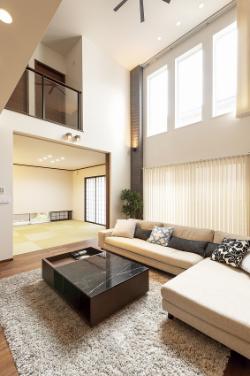 泉北ホームの注文住宅「吹き抜けで開放感のあるリビング」