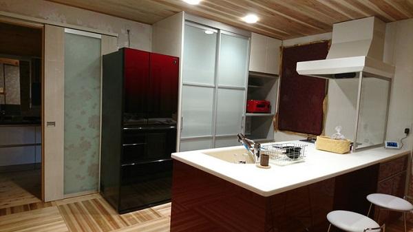 タクミ建設の注文住宅「アクセントカラーを取り入れたキッチン」