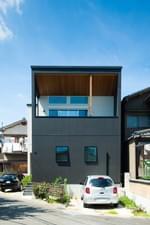 木の質感をアクセントに活用した住宅